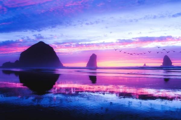 Los colores del amanecer reflejados en la playa