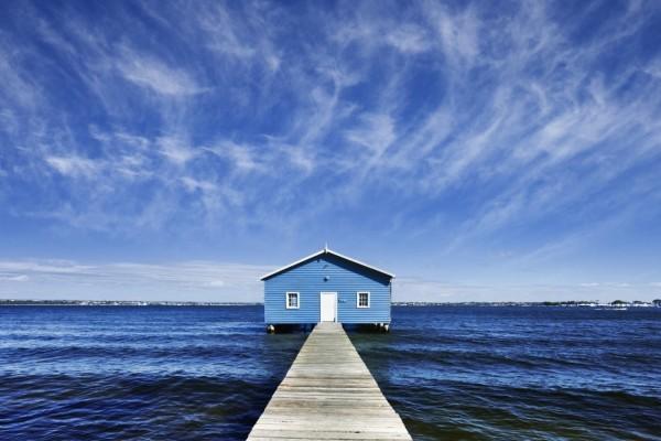 Casa azul en el lago
