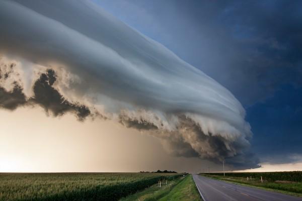 Curiosa formación de nubes sobre el campo y la carretera