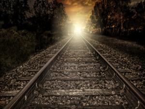 Postal: La luz del atardecer ilumina las vías