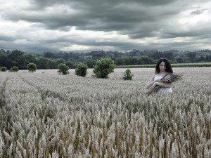 Mujer en un campo sembrado