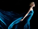 Mujer rubia con un largo y elegante vestido azul