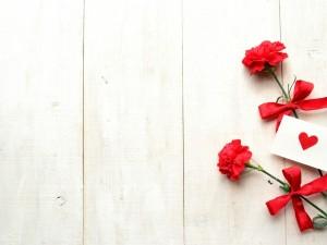 Dos claveles con una carta de amor