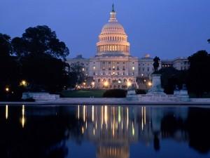 Vista nocturna de el Capitolio de los Estados Unidos