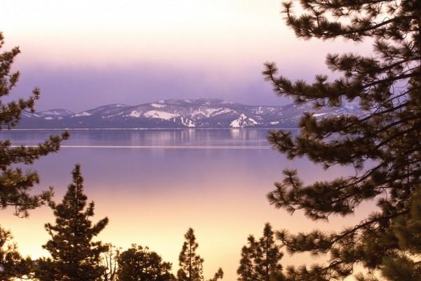 Un tranquilo lago junto a las montañas