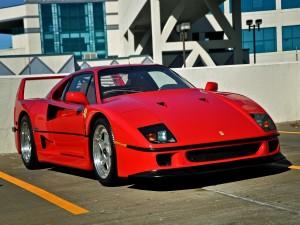 Postal: Un Ferrari rojo en un aparcamiento
