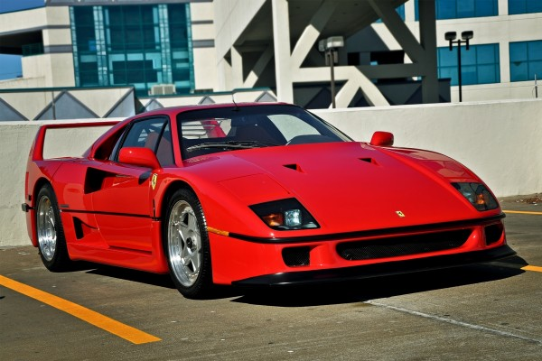 Un Ferrari rojo en un aparcamiento
