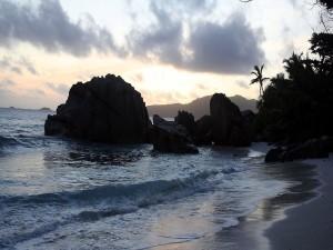 Una playa con grandes rocas vista al amanecer