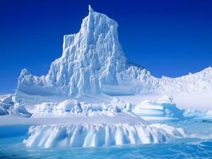 Un cielo azul sobre el iceberg