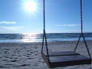 Postal: Columpio en la playa