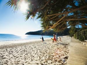 Postal: Personas corriendo por la playa