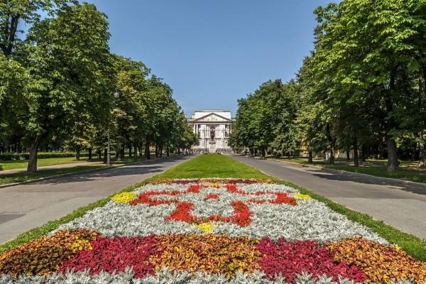 Jardín en una calle de San Petersburgo