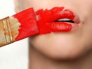 Pintando los labios con una brocha