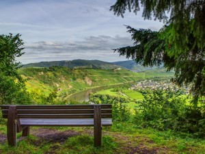 Bello lugar con un banco para contemplar el río