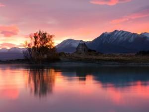 El sol se oculta detrás de las montañas