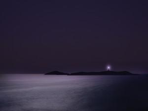 El faro ilumina las aguas del mar