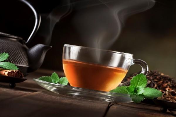 Taza de té humeante