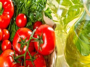 Tomates y perejil en una cesta
