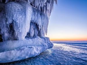 Postal: Gran bloque de hielo sobre el hielo