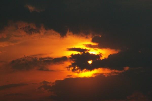 Nubes oscuras ocultando el sol de la tarde
