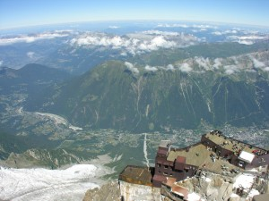 Postal: Aiguille du Midi, plataforma inferior y valle de Chamonix  (Francia)