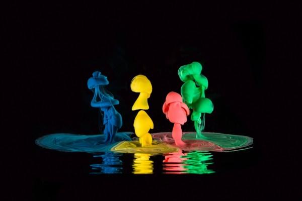 Pinturas de colores sobre el agua