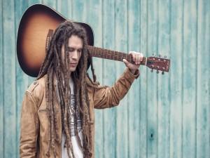 Postal: Muchacho con la guitarra al hombro