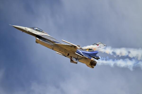 Avión de combate F-16 surcando el cielo