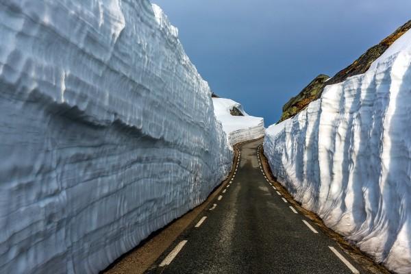 Carretera entre montañas con nieve