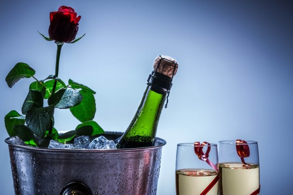 Copas y botella de champán para una noche romántica