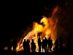 Una gran hoguera en la Noche de San Juan