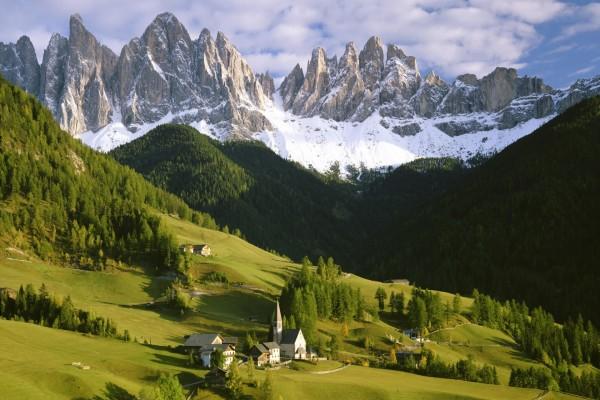 Grandes montañas y un valle verde