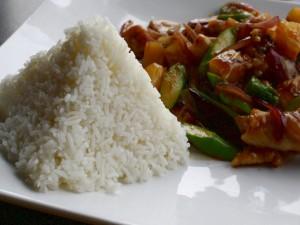 Pirámide de arroz y unas verduras con pollo