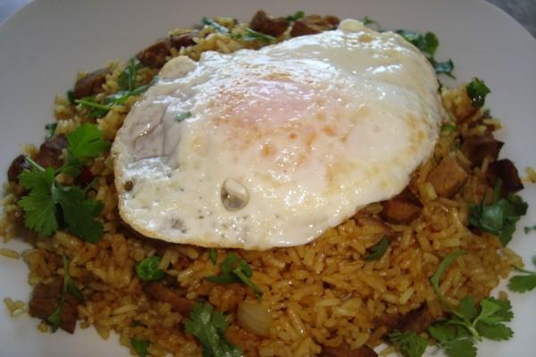 Un huevo sobre un plato de arroz