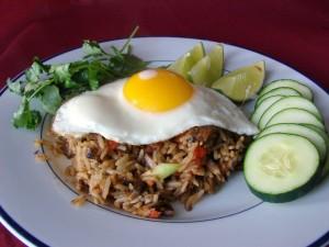 Un huevo, arroz y rodajas de pepino