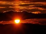 Nubes tapando la mitad del sol
