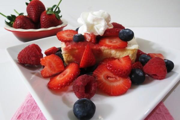 Angel food cake con frutas rojas