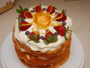 Postal: Tarta decorada con crema y fruta