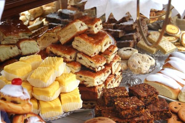 Bandejas con bollos, galletas y pasteles