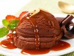 Bola de helado bañada con salsa de caramelo
