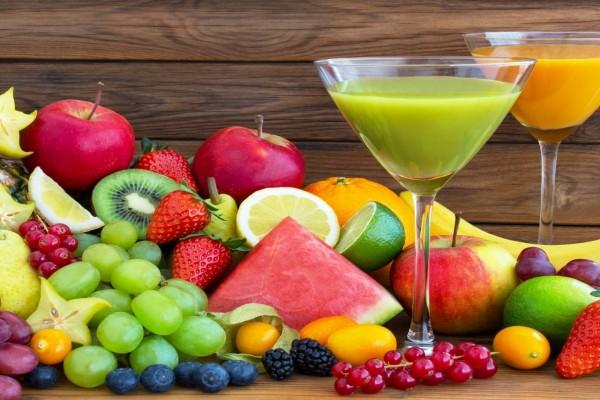 Dos copas con jugos y frutas frescas