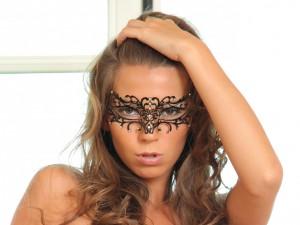 La modelo Lizzie Ryan con una máscara