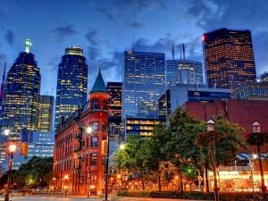 Luces en una calle y edificios de la ciudad de Toronto, Canadá