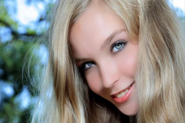 Sonrisa de una bella modelo rubia