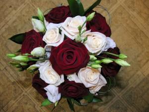 Ramo con pimpollos y rosas abiertas rojas y blancas