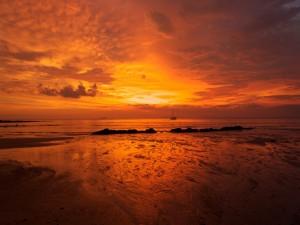 Mar y cielo en tonos naranjas