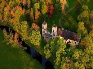 Postal: Vista aérea de una gran casa junto al río