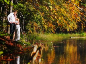 Pareja de recién casados junto al río