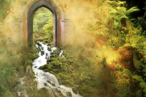 Río fluyendo bajo el arco