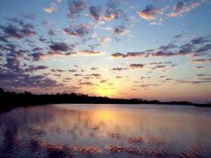 Un bonito amanecer junto al lago